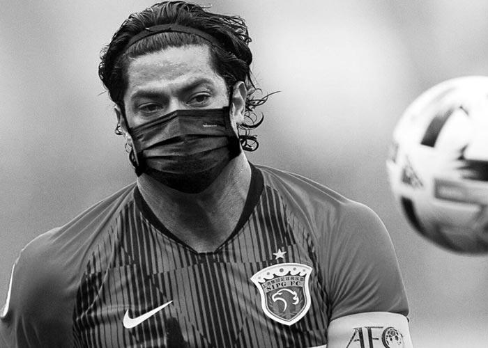 футболист в маске
