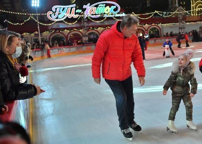 Дмитрий Песков на коньках