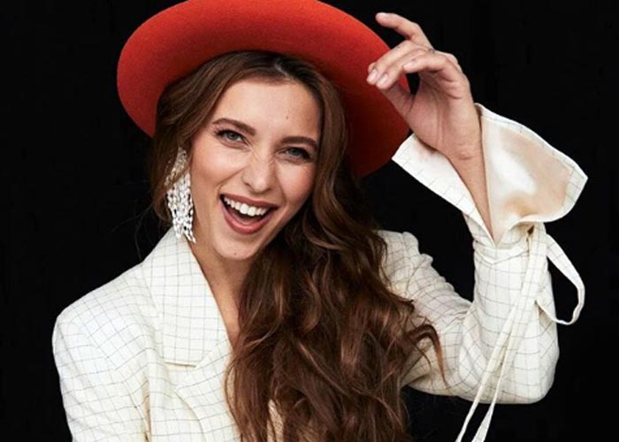Регина Тодоренко в шляпе
