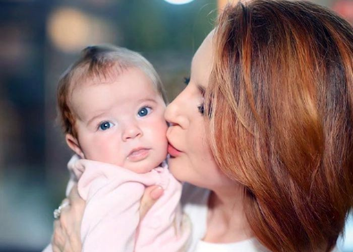 Ирина Слуцкая с ребенком