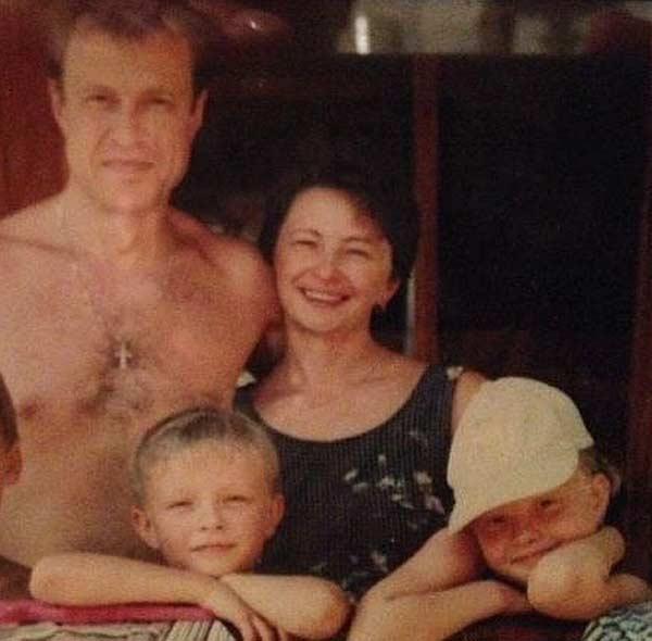 Егор Крид в детстве с родителями и сестрой