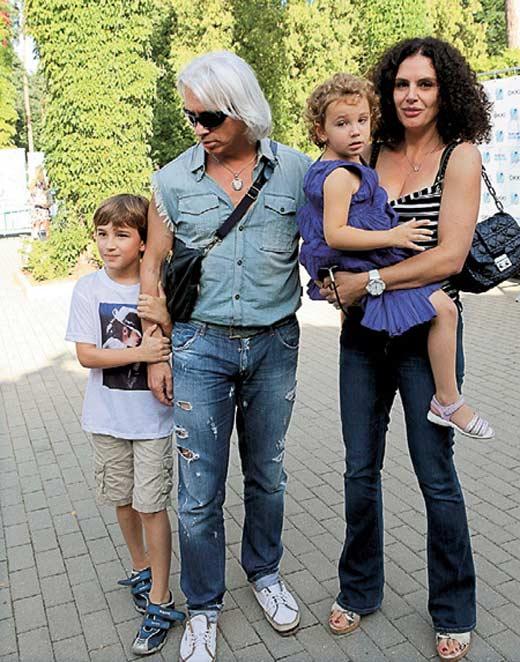 Дмитрий Хворостовский с женой Флоренс и детьми