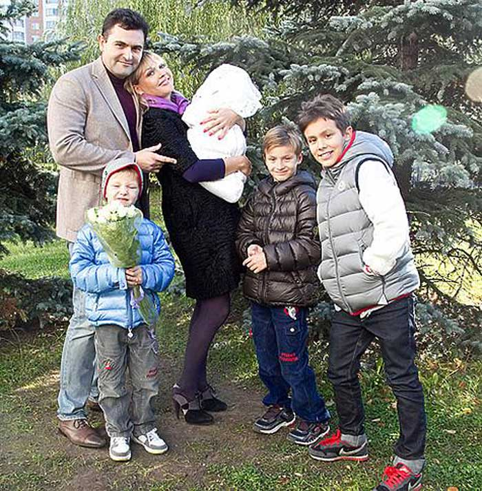 Ирина Сашина с мужем и детьми