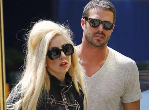 Леди Гага и Тейлор Кинни 2