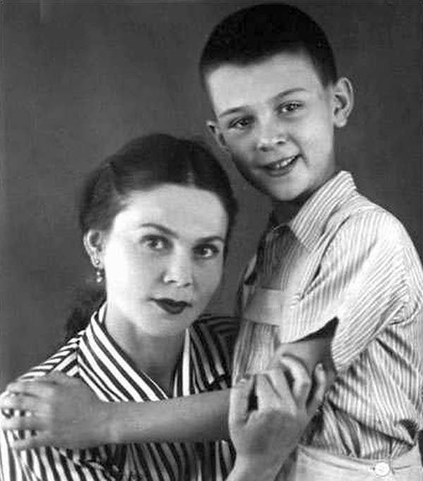 Муслим Магомаев в детстве с мамой