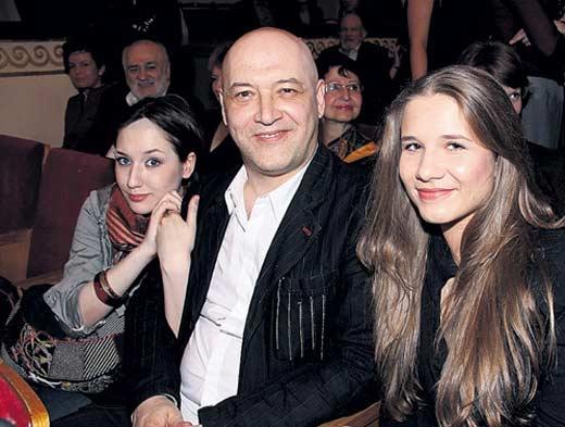 Максим Суханов с дочерьми 2