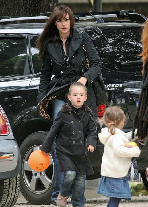 Моника Белуччи с детьми