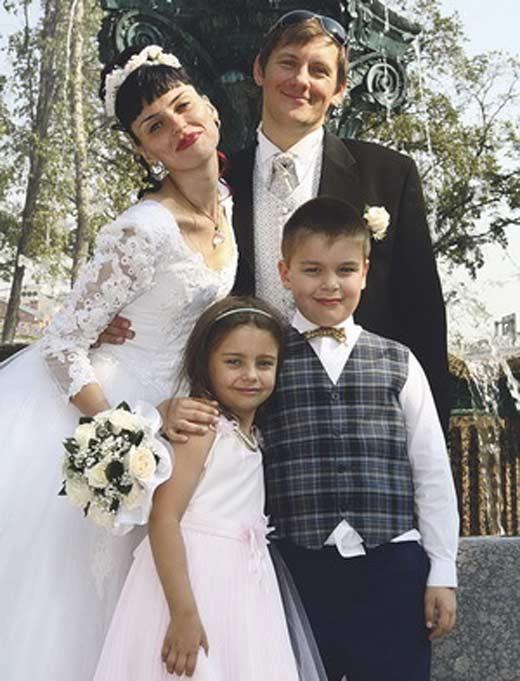 Олег Филипчик и жена Наталья Жильцова с детьми