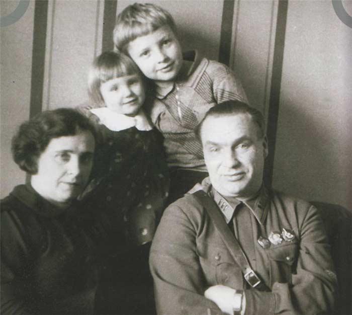 Валерий Чкалов с женой и детьми