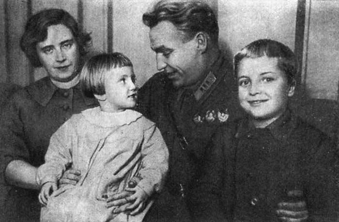 Валерий Чкалов с женой и детьми 2