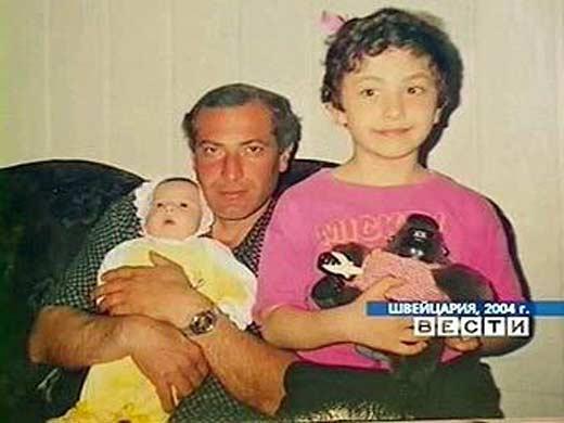 Виталий Калоев с погибшими женой и детьми 2