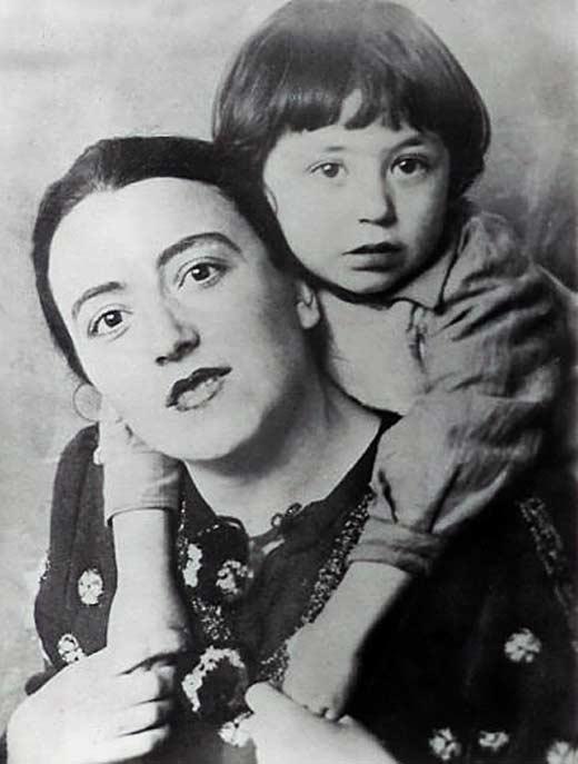 Вахтанг Кикабидзе в детстве с мамой