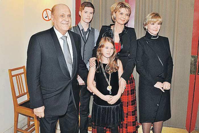 Владимир Меньшов и Вера Алентова с дочерью Юлией и внуками Таисией и Андреем