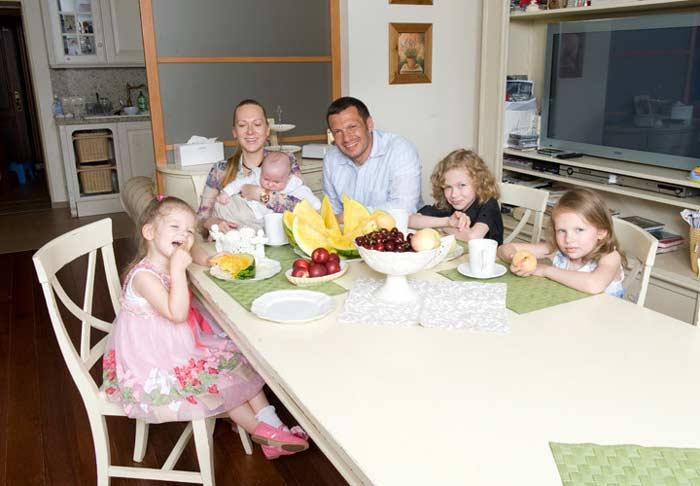Владимир Соловьев и Эльга Сэпп с детьми
