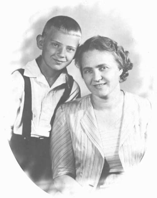 Юрий Визбор в детстве с мамой