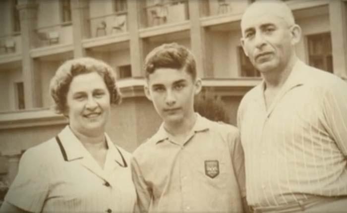 Александр Друзь в детстве с родителями