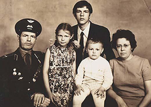 Александр Новиков с родителями