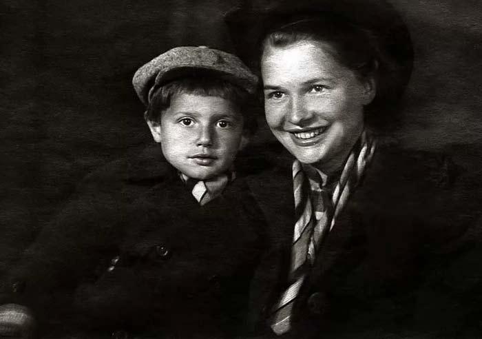 Александр Пороховщиков в детстве с мамой