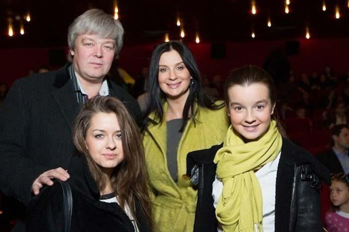 Александр Стриженов и Екатерина Стриженова с дочерьми
