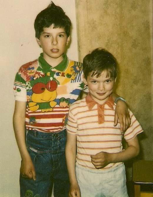 Алексей Коряков в детстве с братом