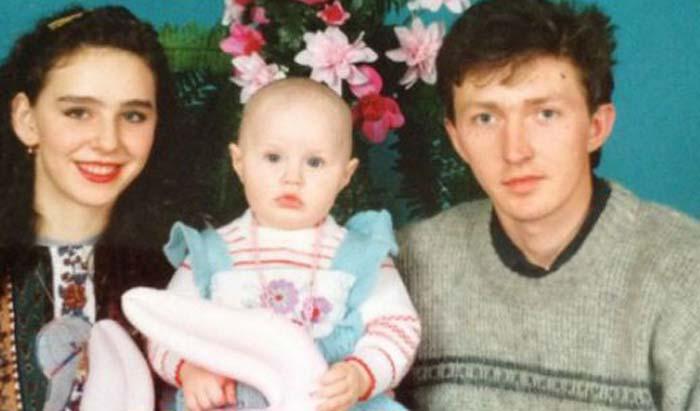 Анастасия Костенко в детстве с родителями