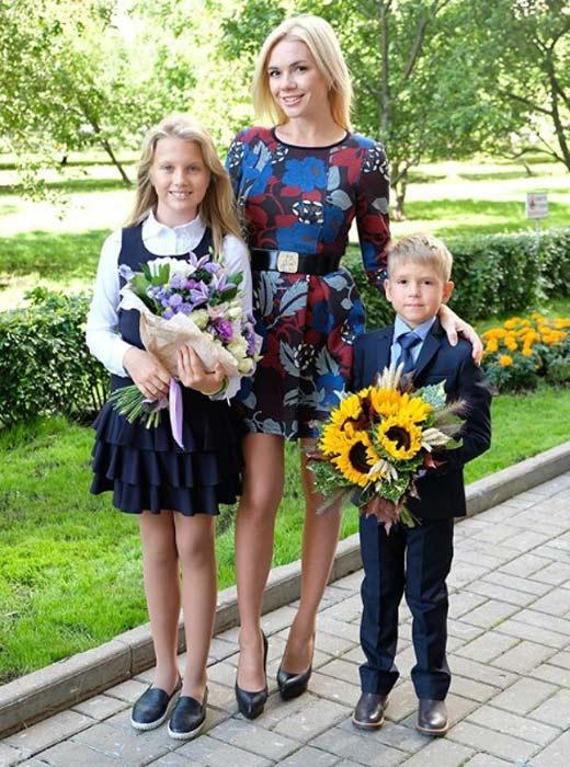 Анастасия Трегубова с дочерью Лизой и сыном Мишей