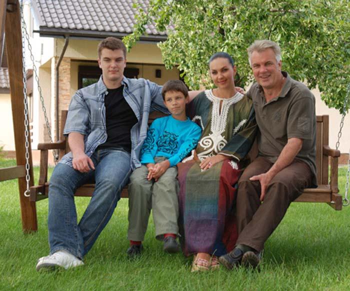 Анатолий Котенёв с женой и сыновьями