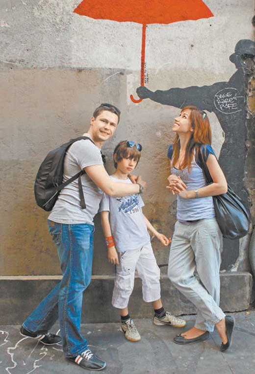 Денис Рожков с женой и сыном 2