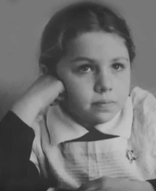 Елена Папанова в детстве