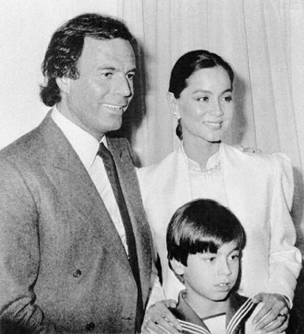 Энрикe Иглесиас с родителями