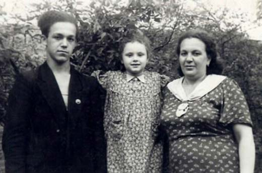 Иосиф Кобзон в детстве с мамой и сестрой