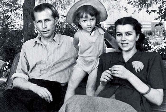 Иван Лапиков с женой и дочерью