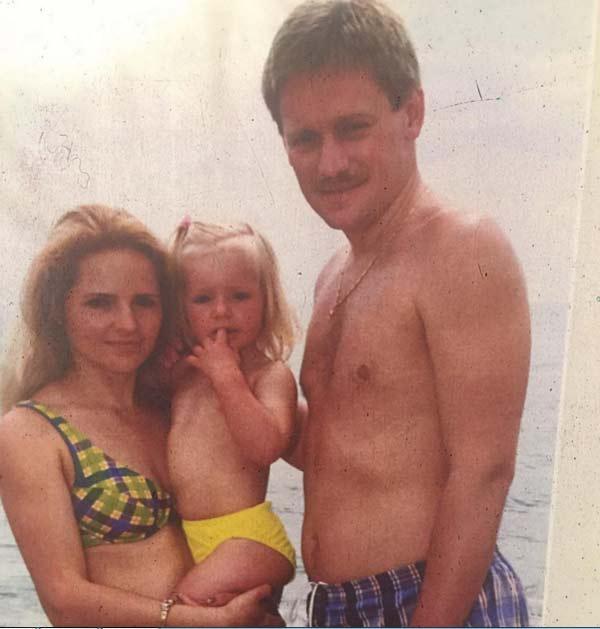 Лиза Пескова в детстве с родителями