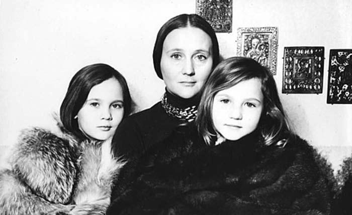 Дарья Дроздовская в детстве с мамой и сестрой