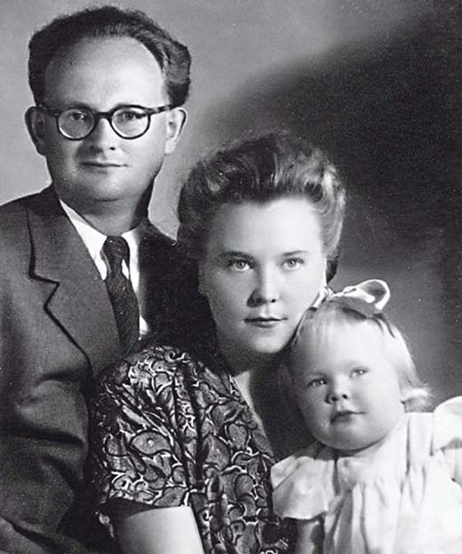 Наталья Белохвостикова в детстве с родителями