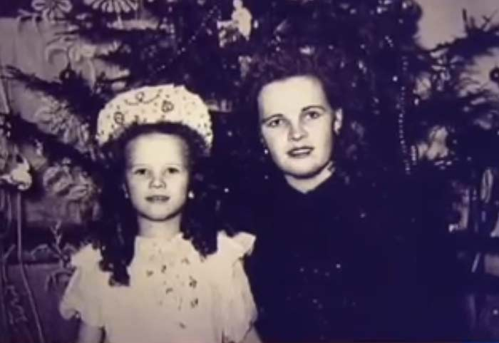 Наталья Егорова в детстве с мамой