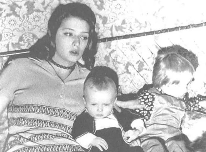 Никита Высоцкий в детстве с мамой и братом