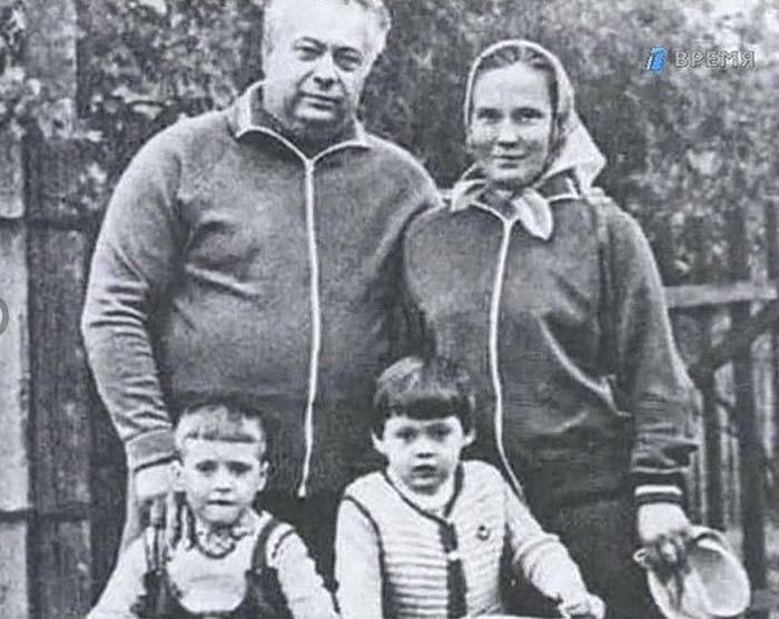 Николай Озеров с женой и детьми