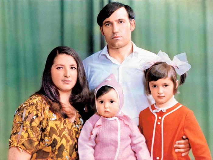 Родители Оксаны Марченко с сестрами Дианой и Анной