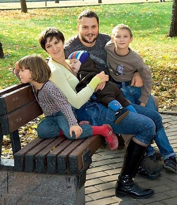 Олеся Железняк и Спартак Сумченко с детьми