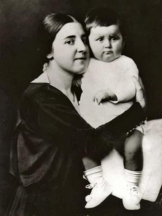 Светлана Аллилуева в детстве с мамой