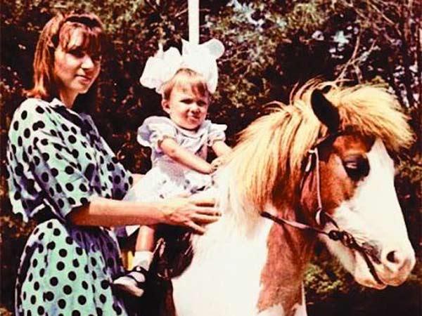 Юлия Самойлова в детстве с мамой