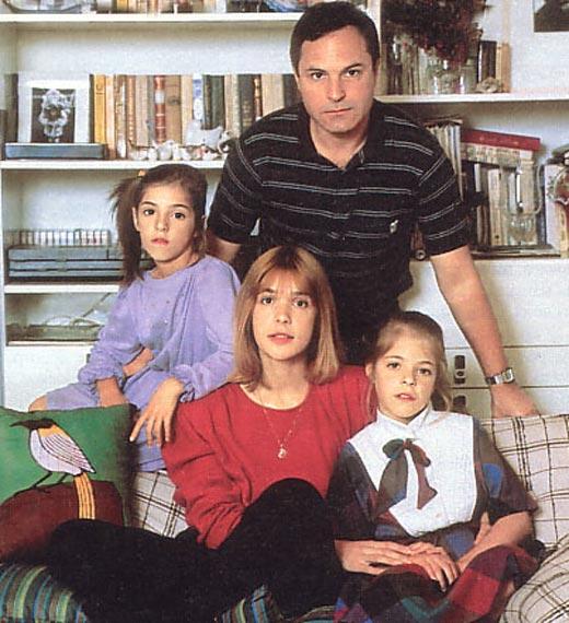 Анна Нахапетова в детстве с родителями и сестрой
