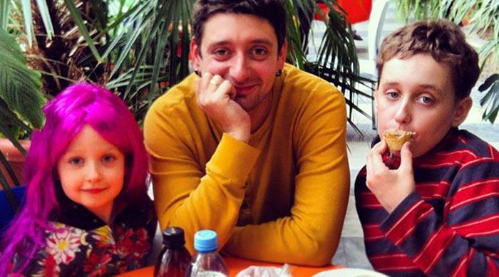 Антон Эльдаров с детьми