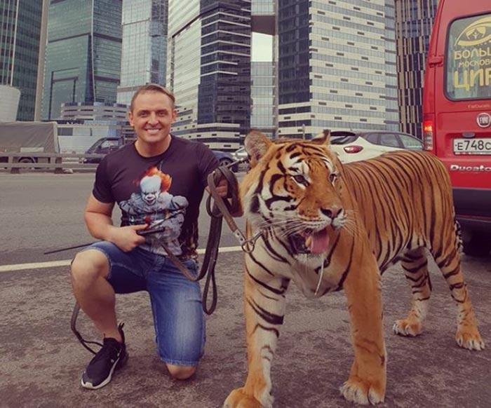 Аскольд Запашный на прогулке с тигром