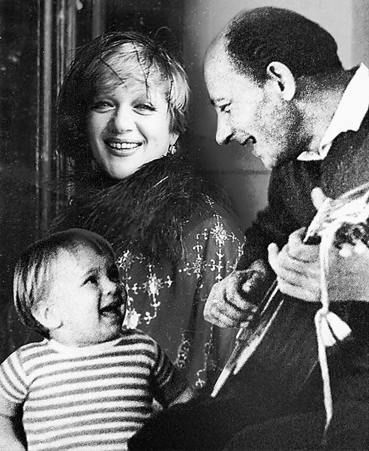 Денис Евстигнеев в детстве с родителями