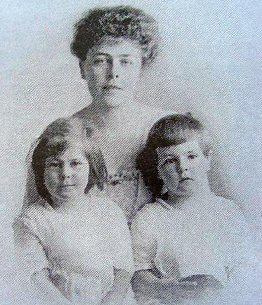 Эдуард фон Фальц-Фейн в детстве с мамой и сестрой Таисией