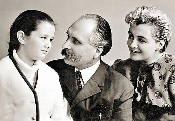 Ирина Шведова в детстве с родителями