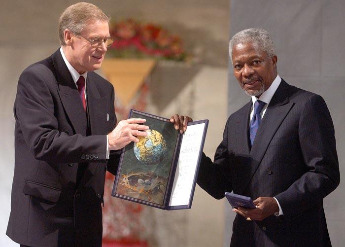 Кофи Аннан получает Нобелевскую премию