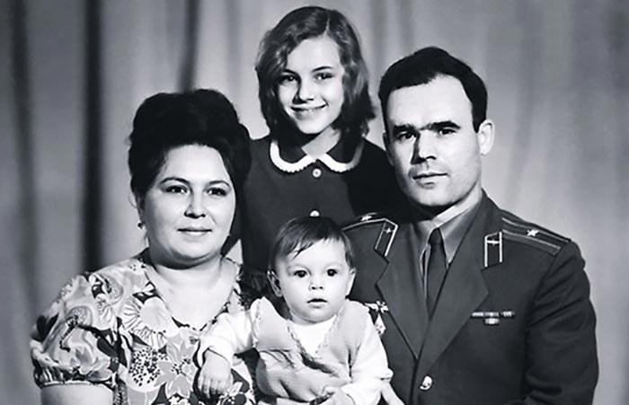 Лариса Шахворостова в детстве с родителями и сестрой